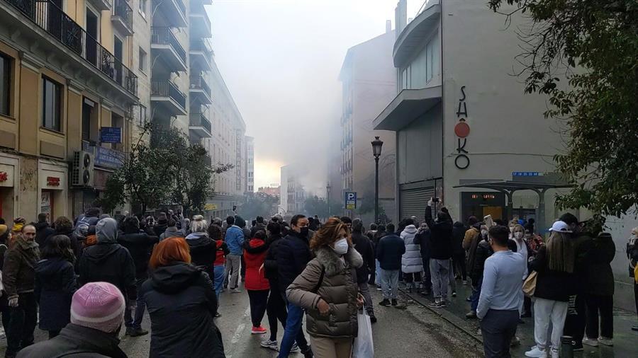 Una fuerte explosión ha provocado en torno a las tres de la tarde el derrumbe de parte de un edificio en la calle Toledo de Madrid. EFE/ Jake Threadgould