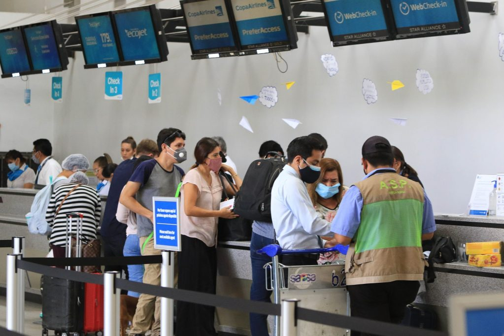 En la imagen, pasajeros hacen fila en el aeropuerto de Santa Cruz, el 21 de octubre de 2020, en Santa Cruz (Bolivia). EFE/Juan Carlos Torrejón/Archivo