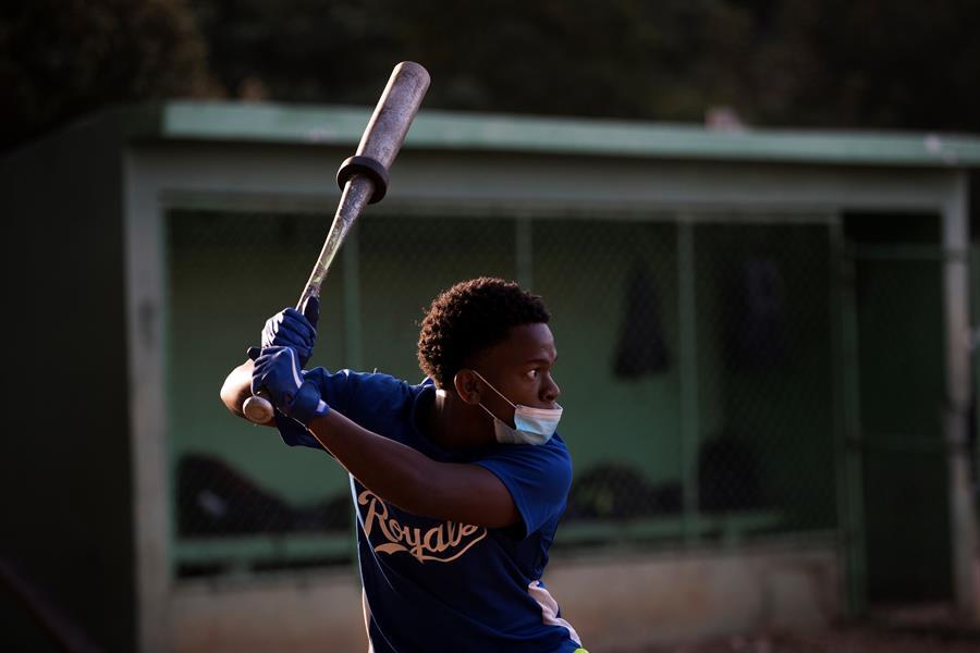 Un joven practica en las canchas del béisbol del Centro Olímpico casi un año después de que el coronavirus desalojara estas instalaciones deportivas, este miércoles en Santo Domingo (República Dominicana). EFE/ Orlando Barría