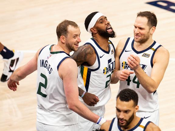 Jugadores del Utah Jazz celebran la victoria. (FOTO: Lauren Bacho/Getty Images)