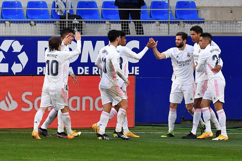 El central francés Raphaël Varane fue el artífice de la remontada con un doblete (55 y 84). Recibe las felicitaciones de sus compañeros, luego de anotar el segundo gol del partido. (FOTO: AFP)