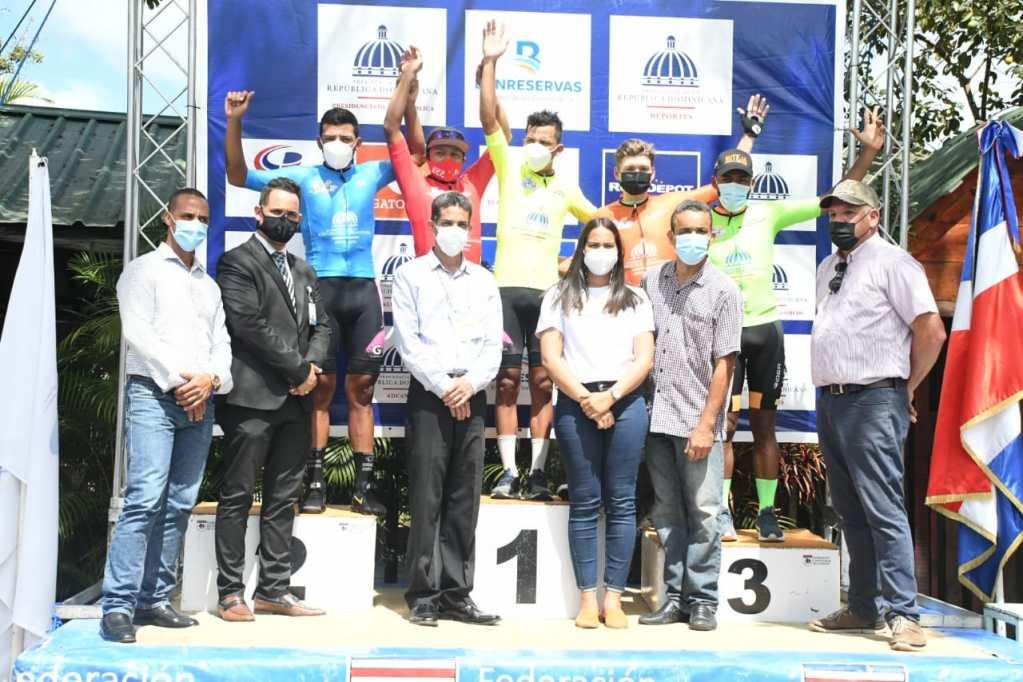 Momentos en que Yurgen Ramírez, Rafael Hernández y Diego Milan son premiados como los triunfadores de la cuarta etapa de la Vuelta Ciclista.