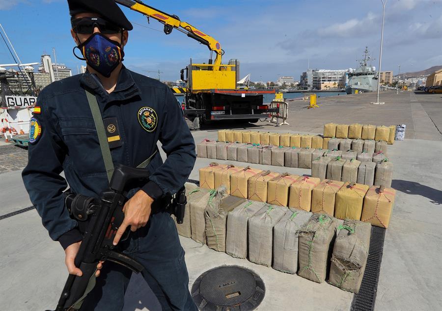 El Servicio de Vigilancia Aduanera ha descargado este lunes en el Arsenal Militar de Las Palmas el hachís intervenido. EFE/Elvira Urquijo