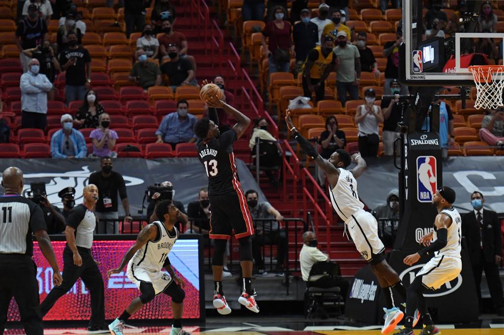 Bam Adebayo, #13 del Miami Heat, encesta la canasta ganadora.   (Foto:  Carlos Goldman/NBAE via Getty Images/AFP)