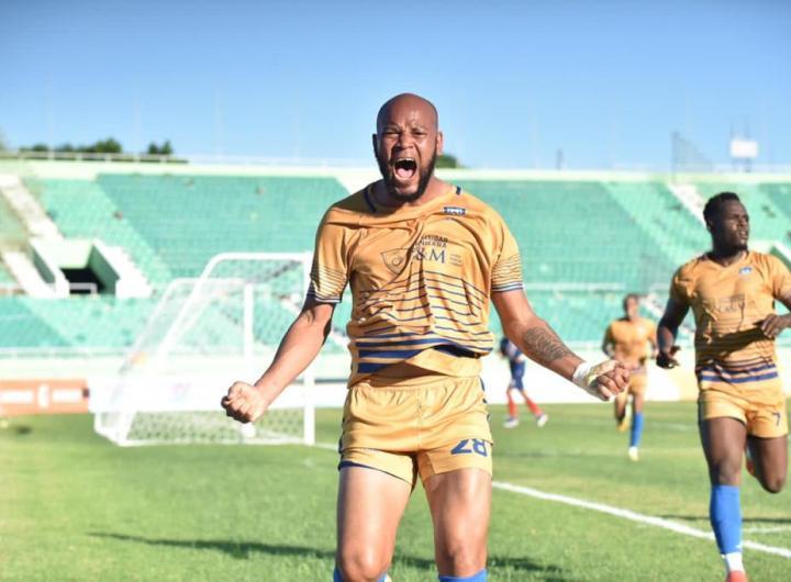 Domingo Peralta aportó su brillantez al onceno O&M FC con un doblete ante Delfines del Este en el partido de ida de la final 2020 de la Liga Dominicana de Fútbol. (Foto: Prensa LDF)