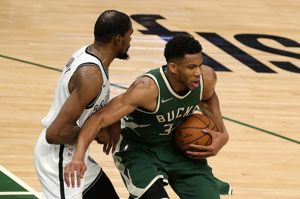 Giannis Antetokounmpo, #34 de Milwaukee Bucks, se defiende de Kevin Durant, #7 de Brooklyn Nets, en un emocionante duelo.  (Foto: Stacy Revere/Getty Images/AFP)
