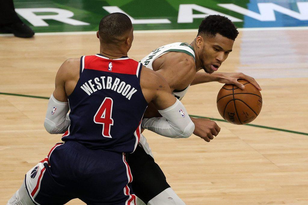 Los estelares jugadores Giannis Antetokounmpo, de los Bucks, y Russell Westbrook. #4 de los Wizards, se enfrentaron en un duelo de alta gama. (Foto: NBA Latam)