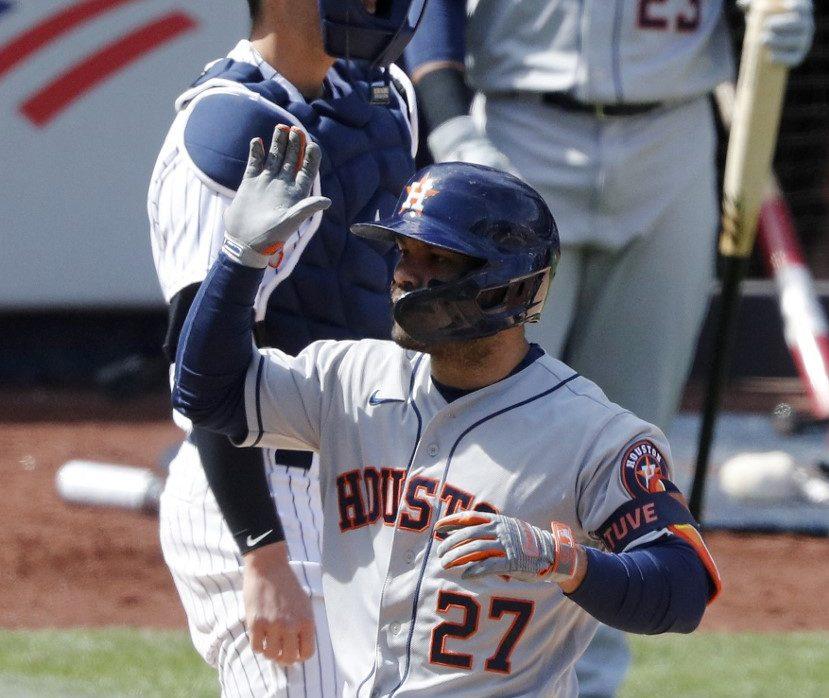 El venezolano José Altuve, #27 de los Houston Astros, celebra su jonrón de tres carreras.   (Foto: Jim McIsaac/Getty Images/AFP)