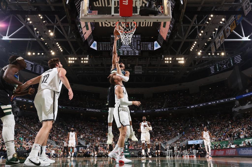 Giannis Antetokounmpo, de Milwaukee Bucks, ataca el aro ante la defensa de los Nets.(Foto por Gary Dineen / NBAE / Getty Images / Getty Images vía AFP)