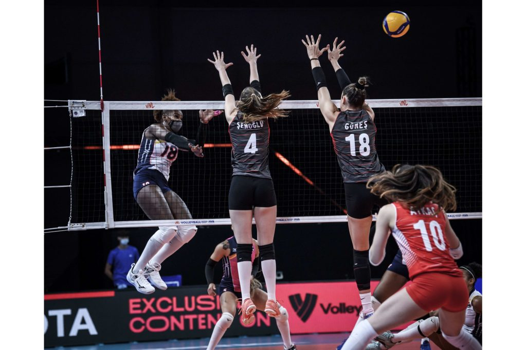 Bethania De la cruz ataca durante el partido frente a Turquía en la Liga de Naciones del Voleibol Femenino en Rimini, Italia.