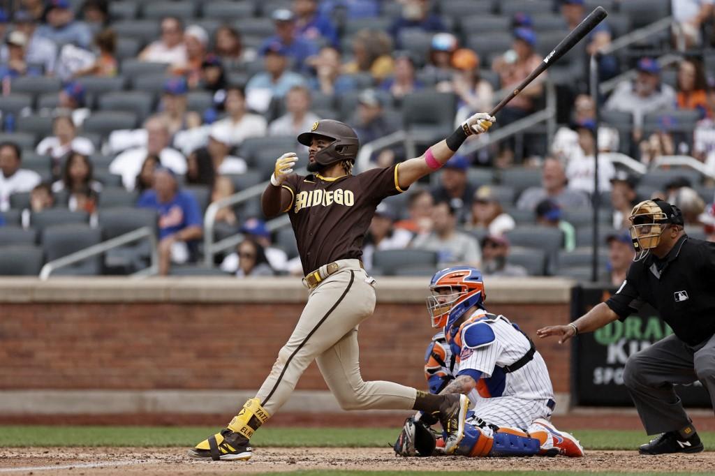 Fernando Tatis Jr., #23 de los San Diego Padres, pega su batazo con las bases llenas.   (Foto: Adam Hunger/Getty Images/AFP)