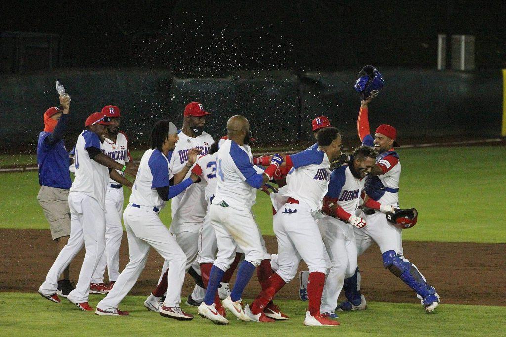 Jugadores de República Dominicana celebran el triunfo sobre Holanda en el repechaje de béisbol olímpico en Puebla, México. (Foto: Probeisbol)