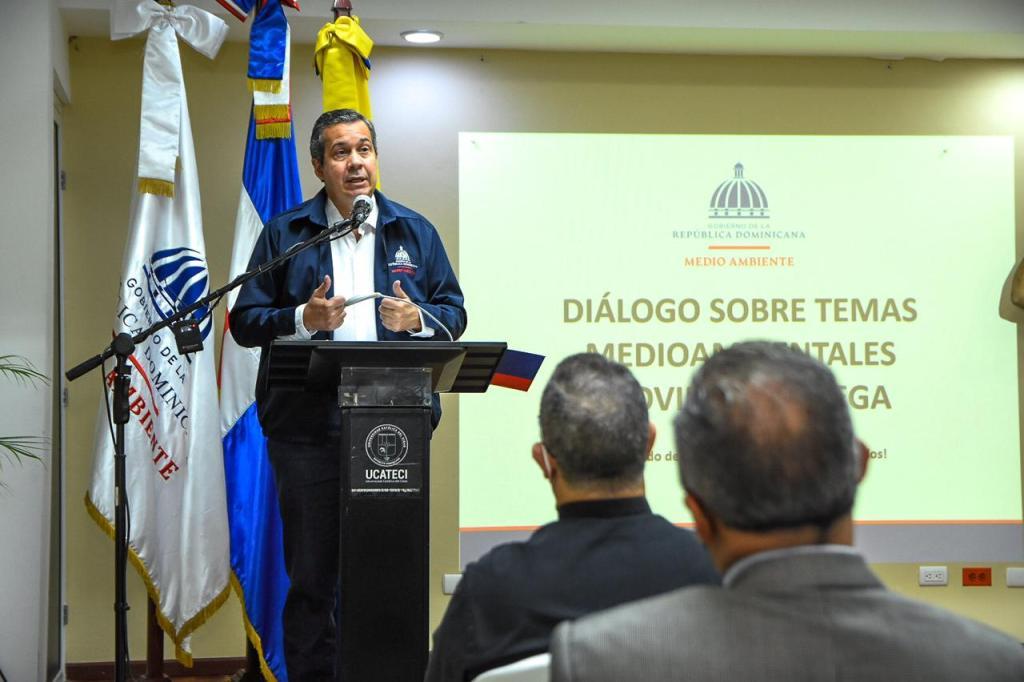 Ministro de Medio Ambiente se reúne con sectores sociales de La Vega (1)
