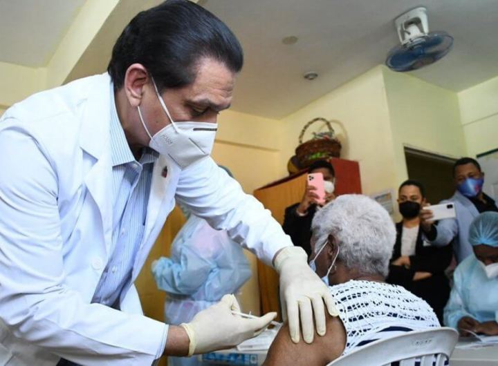 daniel-rivera-ministro-de-salud-vacunado-a-envejeciente-1024x581