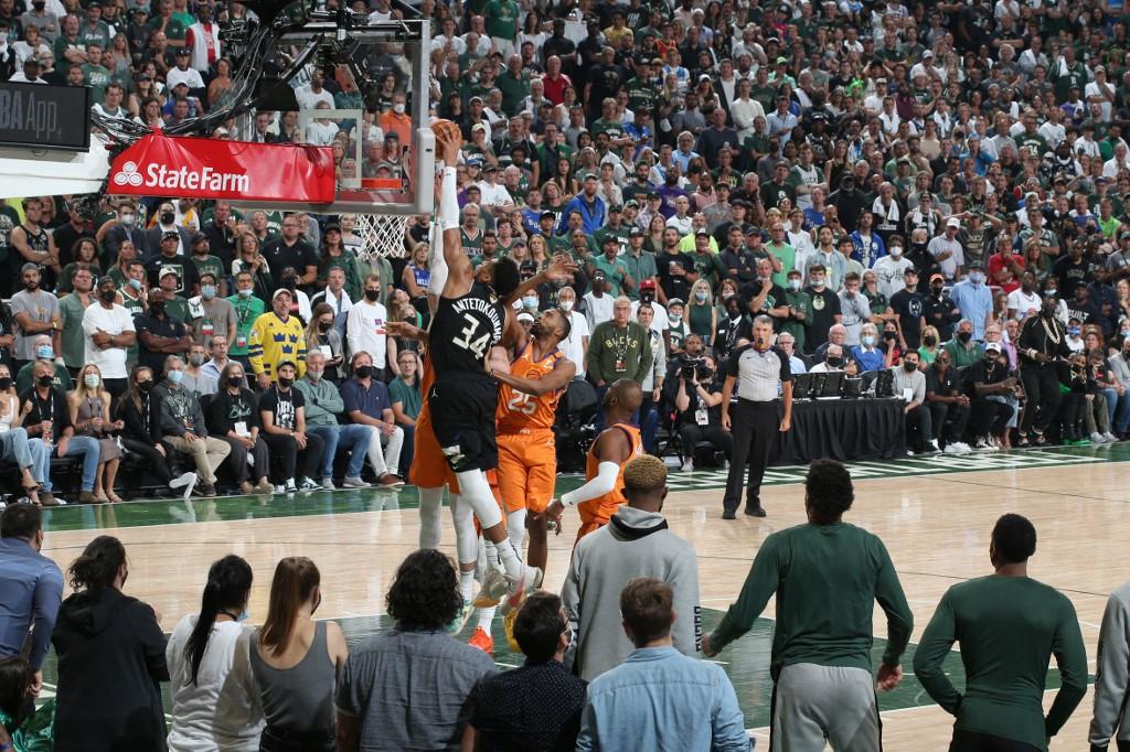 Giannis Antetokounmpo #34 de los Milwaukee Bucks es el Jugador Más Valioso de la final dela NBA. (Foto por David Sherman / NBAE / Getty Images / Getty Images via AFP)