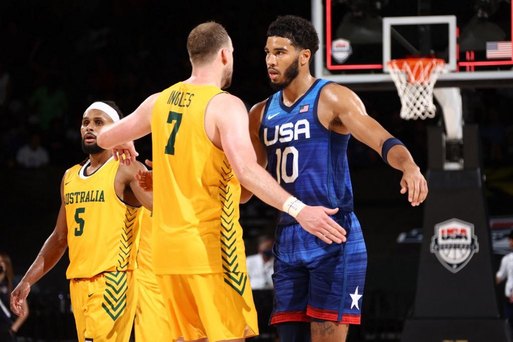 Jayson Tatum, #10 del Team USA, abrasa a Joe Ingles, #7 de Australia.   (Foto: Ned Dishman / NBAE / Getty Images / Getty Images via AFP)