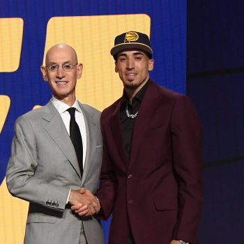 El comisionado de la NBA, Adam Silver, da la bienvenida a la liga al dominicano Chris Duarte. (Foto: NBA Latam/Twitter)