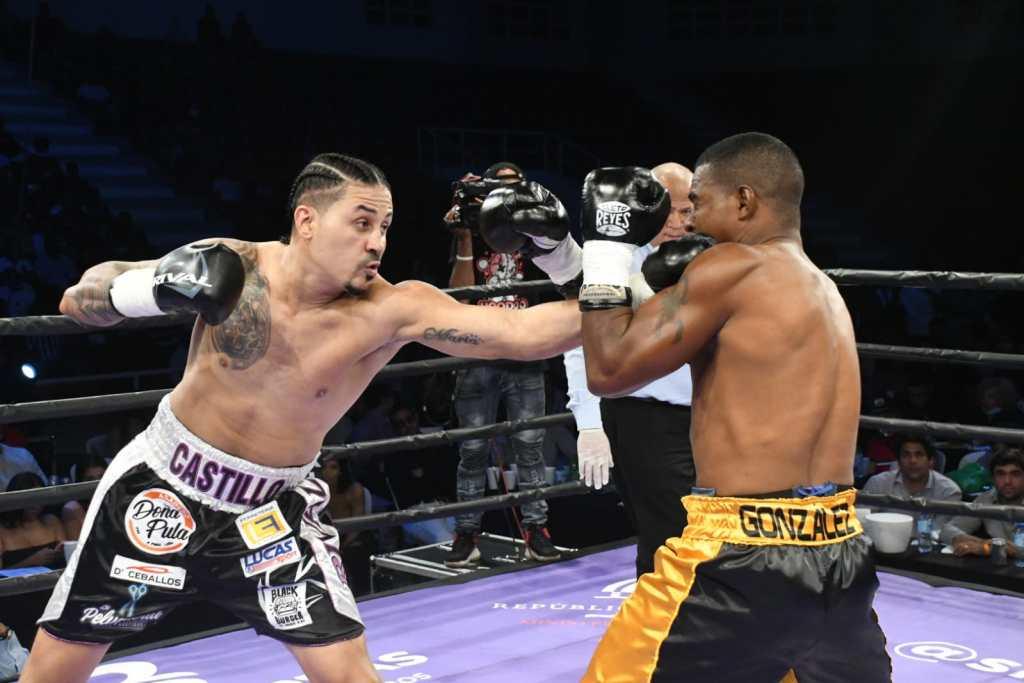El dominicano Lenín Castillo en combate ante el venezolano Ronald González.
