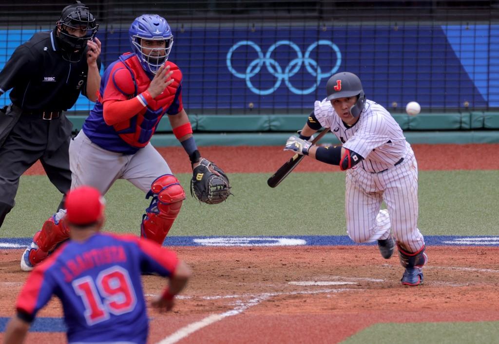 El japonés Ryosuke Kikuchi toca la bola en sacrificio y remolca la carrera del empate 3-3 en el noveno episodio del partido que finalmente ganaron.  (Foto: KAZUHIRO FUJIHARA / AFP)