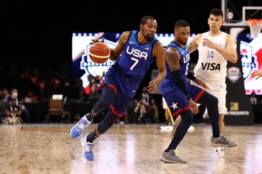 Kevin Durant, #7 del Team USA, lleva el balón durante el partido. (Foto: Stephen Gosling / NBAE / Getty Images / Getty Images via AFP)