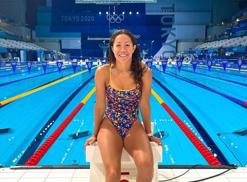 La nadadora dominicana Krystal Lara posa frente a la piscina del centro acuático de los Juegos Olímpicos de Tokio-2020. (Foto: Fuente Externa)