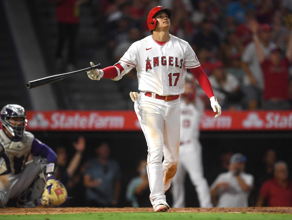 Shohei Ohtani, #17 de Los Angeles Angels, observa su batazo de tres carreras. (Foto: Jayne Kamin-Oncea/Getty Images/AFP)