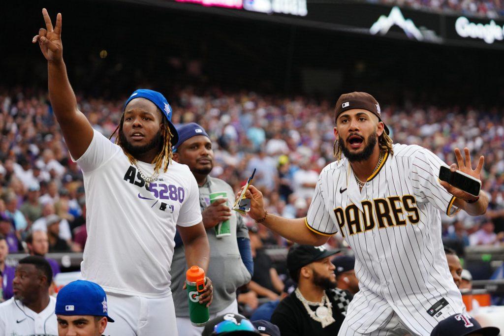 Vladimir Guerrero Jr. (izq.) y Fernando Tatis Jr. celebran los batazos del HR Derby 2021. Ambos estarán en su primer Juego de Estrellas en Grandes Liga. (Foto: MLB Dominicana/Twitter)