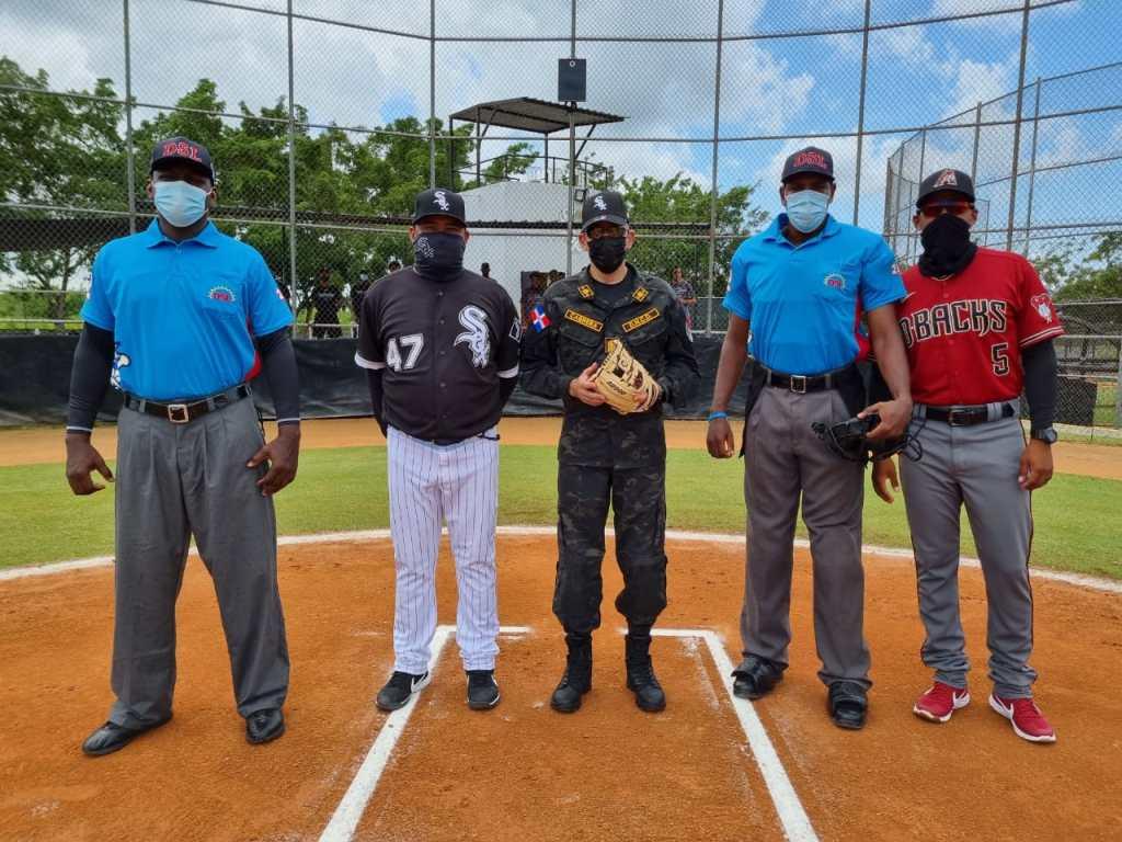 La Liga de Verano de Béisbol en la República Dominicana inicia su calendario y la primera bola estuvo a cargo del presidente del a DNCD, vicealmirante Cabrera Ulloa, en un partido entre Arizona y Medias Blancas.