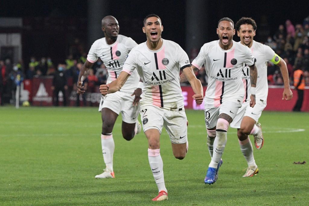 El defensa marroquí del Paris Saint-Germain, Achraf Hakimi (#2), celebra con sus compañeros de equipo su segundo gol del partido.   (Foto: SEBASTIEN BOZON / AFP)