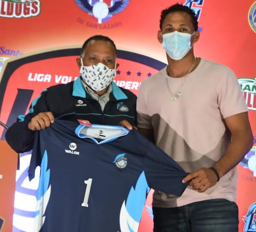El presidente de los Guerreros de Santo Domingo Este Rafael Cordero entrega a Héctor Alexis Cruz la camiseta como primera selección del histórico primer sorteo para la Liga de Voleibol Superior Masculina, el miércoles 22 en el Club Mauricio Báez.