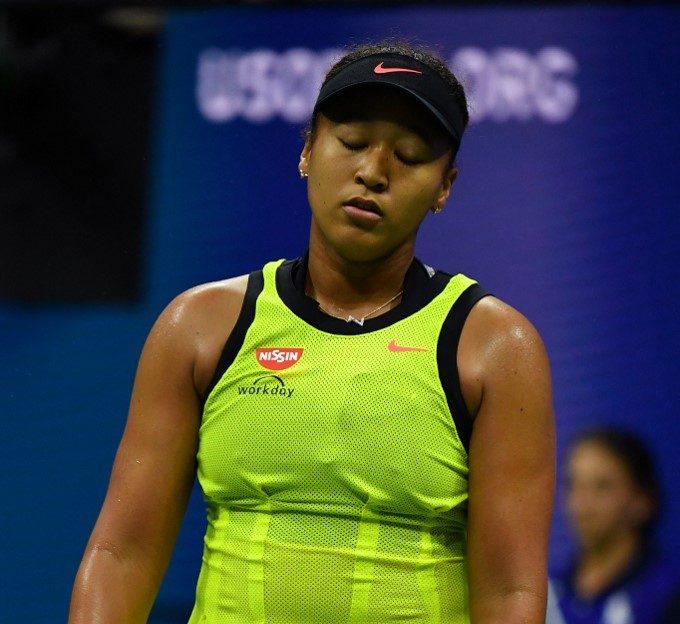 La japonesa Naomi Osaka reacciona frustrada en el partido que fue eliminada por Leylah Fernández en el US Open 2021.   (Foto: Ed JONES / AFP)