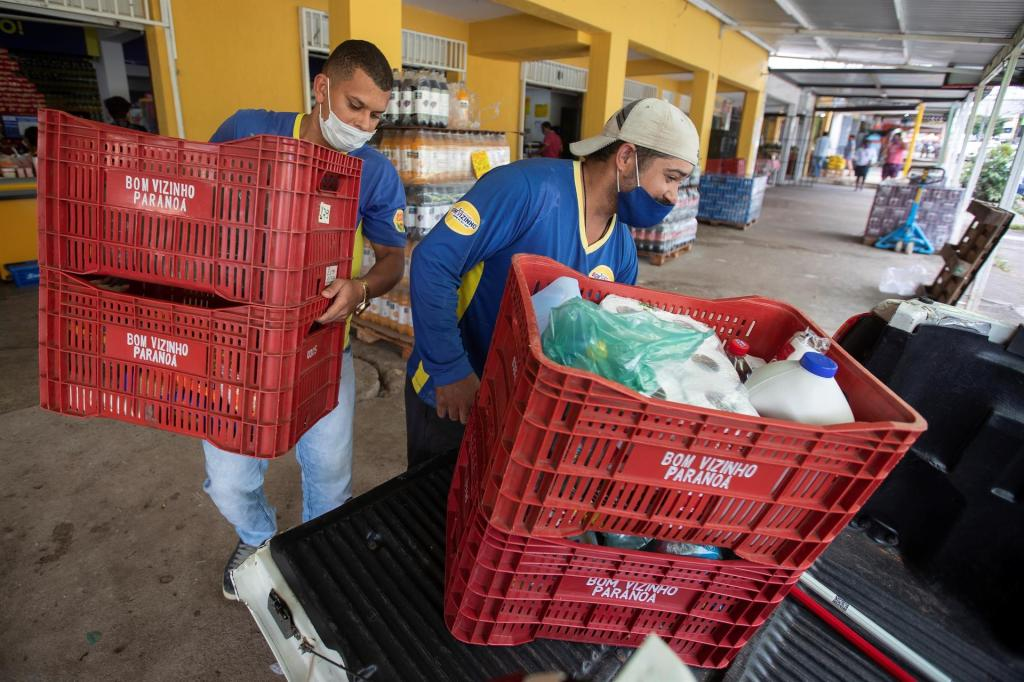 Fotografía de archivo de dos hombres mientras trabajan en un supermercado en Brasilia (Brasil). EFE/ Joédson Alves