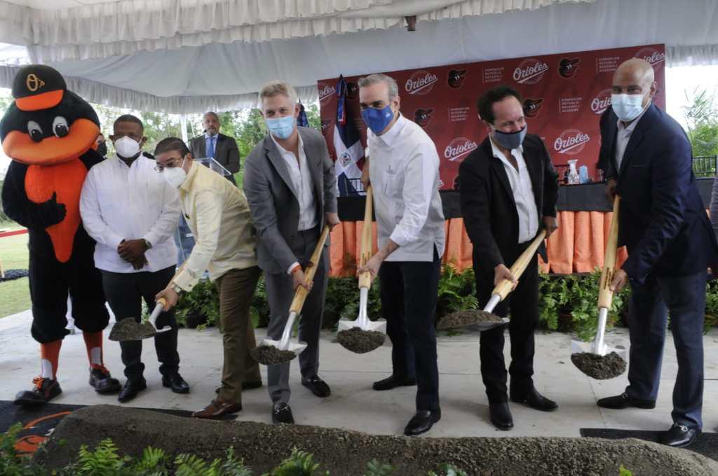 El presidente Luis Abinader realiza el palazo de honor que da inicio formal a la construcción de la academia de los Orioles de Baltimore en República Dominicana. Junto al mandatario, ejecutivos del equipo, así como el ministro de deportes Francisco Camacho.
