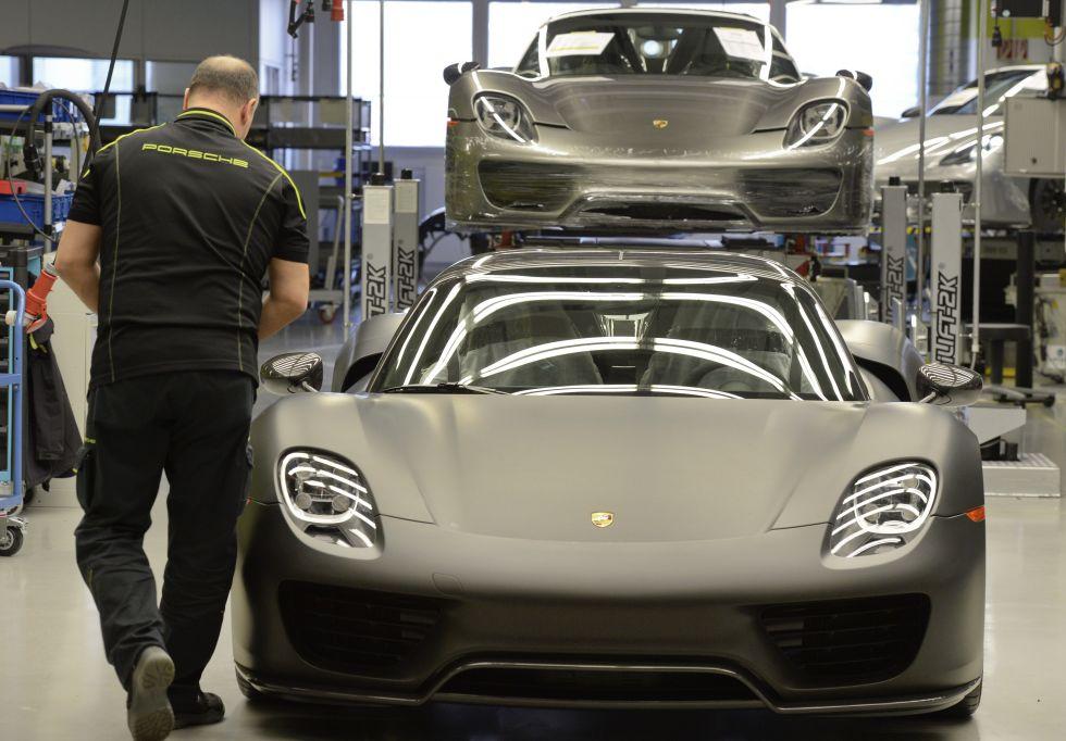 Porsche 918 Spyder hybrid hypercars under construction at Zuffenhausen. Photo: Thomas Kienzle/AFP/Getty Images