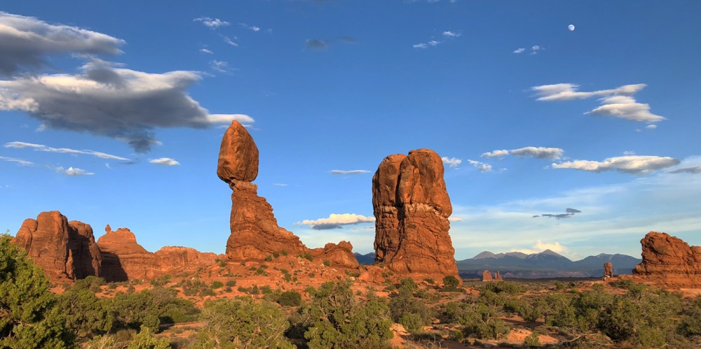 Der Balanced Rock mit den La Sal Mountains im Hintergrund