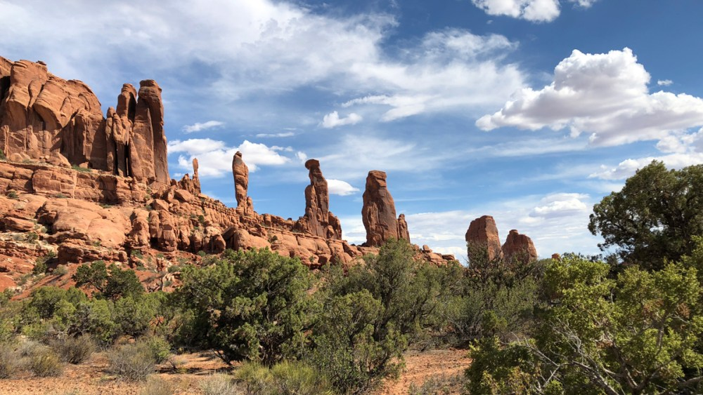 Die Marching Men entlang des Tower Arch Trails im Arches National Park