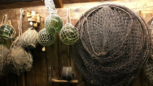 Fischernetze und Markierungsboyen