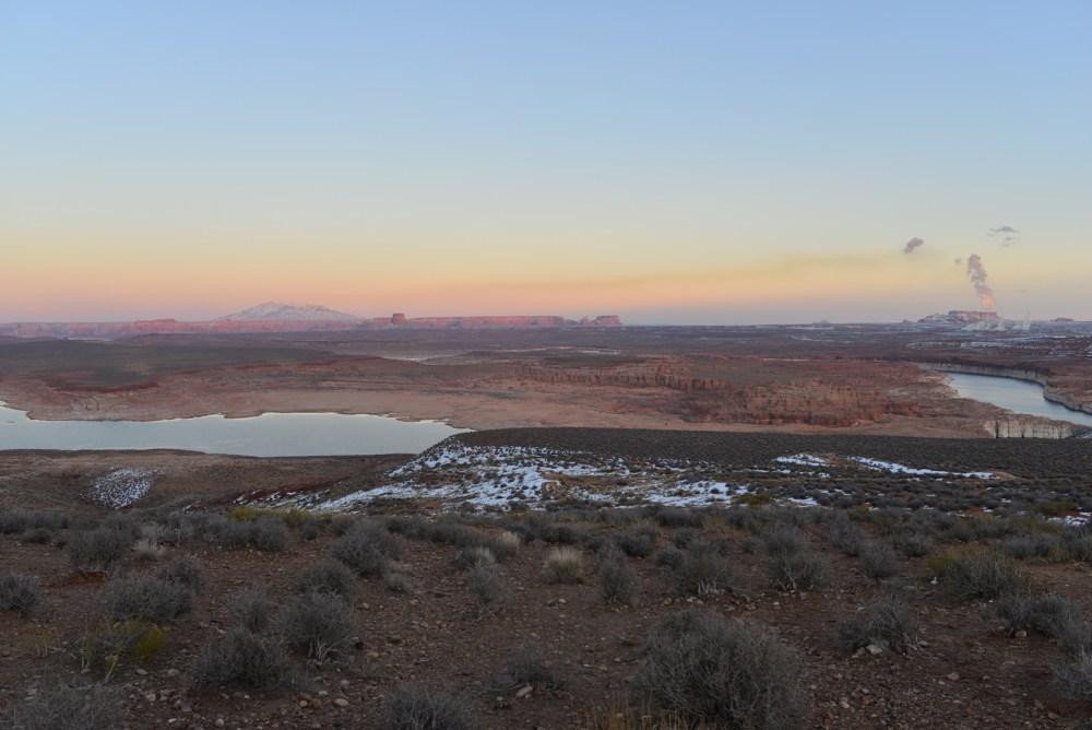Blick hinüber zum Navajo Mountain und hinunter in die Wahweap Bay