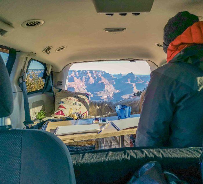 Expression artistique devant le Grand Canyon