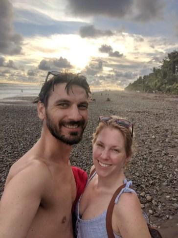 Sabrina und Andreas am Strand von Dominical