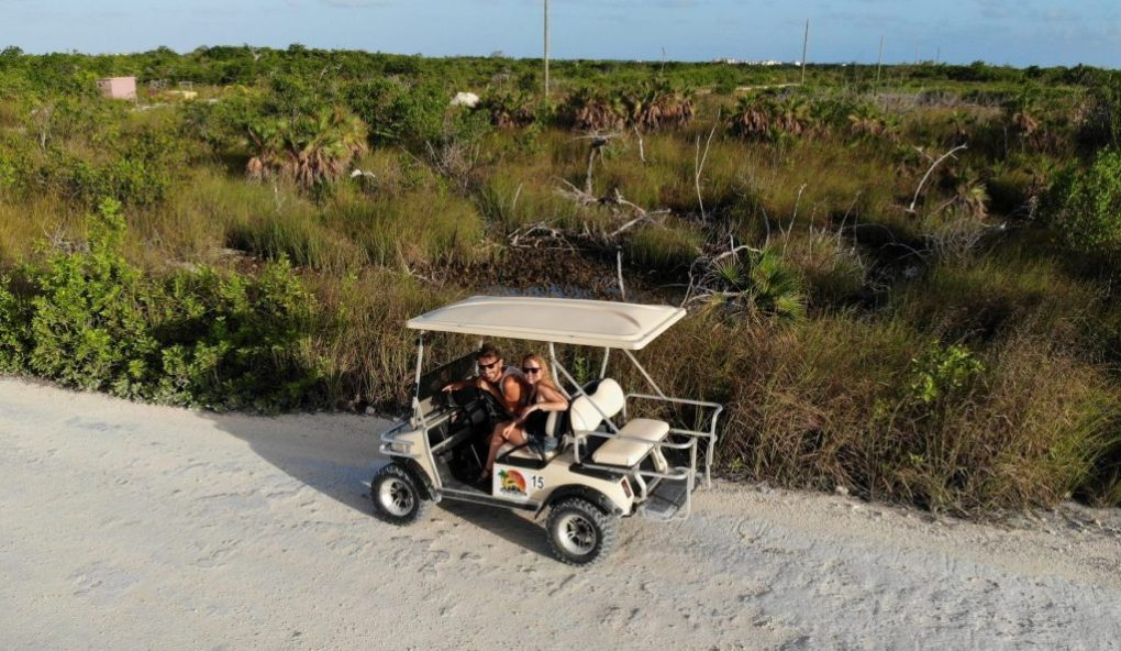Golf Cart fahren in Caye Ambergris, Belize