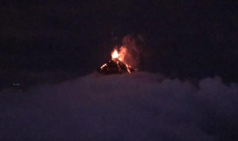 Vulkan Fuego spuckt Feuer