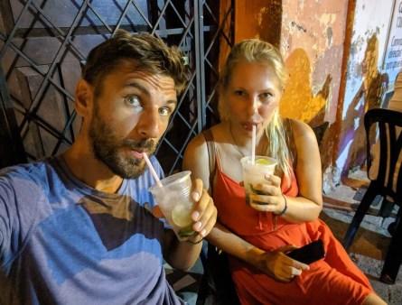 Cocktail trinken in Cartagena Getsemani, Kolumbien