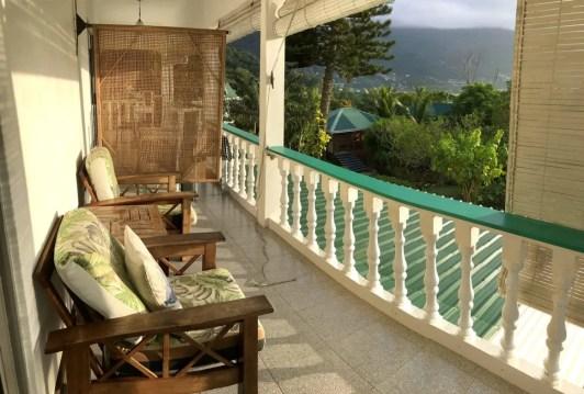 Ausblick auf Beau Vallon von der Terrasse der Lemongrass Lodge