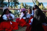 γυναίκες του Amantani στις παραδοσιακές τους ενδυμασίες