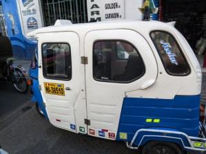 Αυτά τα τρίκυκλα είναι ο βασικότερος τρόπος μετακίνησης στο Περού. Κυκλοφορούν στους δρόμος κατά 100άδες. Τα αυτοκόλλητα χαμηλά δείχνουν bar, mp3, WC, TV video ...