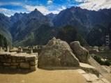 ο βράχος που διακρίνεται μπροστά είναι σκαλισμένος έτσι ώστε να αποτελεί μια μινιατούρα των βουνών στο βάθος