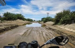 Σε εκείνα τα τμήματα της ruta 40 υπάρχουν ανα διαστήματα κανάλια αποροής για τα νερά που κατεβάζουν οι Άνδεις. Ορισμένα απο αυτά σχηματίζουν γούβα βάθους μεγαλύτερου απο 1,5 μέτρο οπότε ...