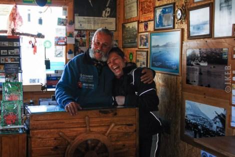 Ο μοναδικός υπάλληλος του ταχυδρομείου, και μοναδικός κάτοικος του μικρού νησιού Redonda, απέναντι.