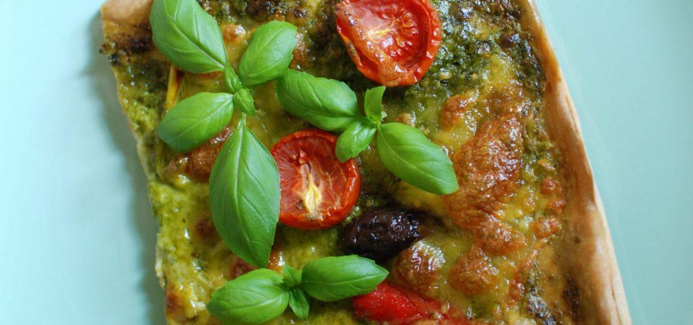 Bärlauchpizza auf Dinkelteigbasis mit Tomaten, Mozzarella und Chili - siehe Rezept